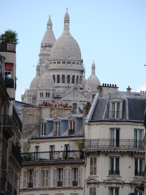 20 minuutjes lopen en je bent bij de Sacre Coeur met haar gezellige mont martre wijk