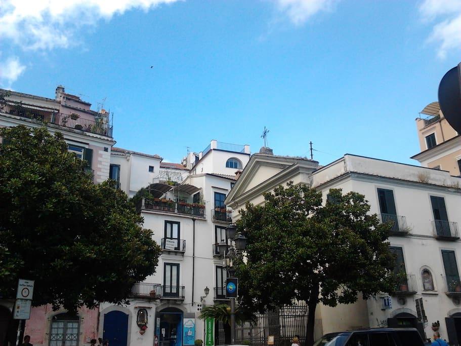 vista del palazzo e della finestra sul mare a forma di arco