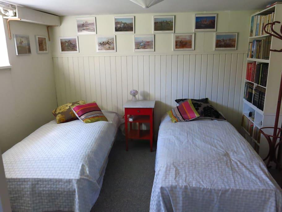 Dobbeltværelse med to senge - den ene extra lang (200 cm). Beliggende tæt ved køjerummet.
