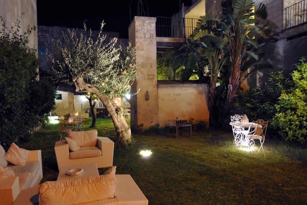 Giardino, salotto Esterno, cucina in pietra leccese adiacente all'antica torretta