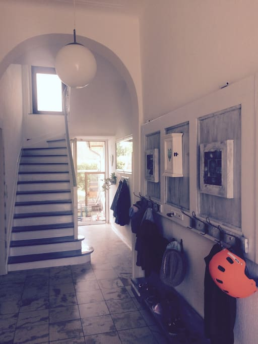 Hausflur mit Treppenhaus links geht es zum Studio