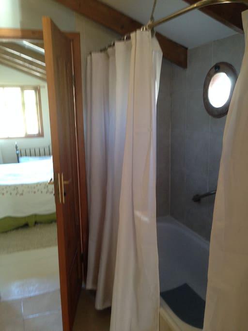 baño compartido para los dos dormitorios del segundo piso