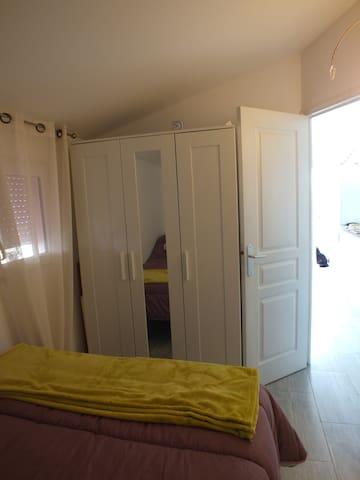 Armoire/penderie dans la chambre, avec notre chat Mallow en fond, qui viendra surement vous rendre visite...
