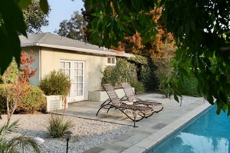 California Casual - Guest house and pool