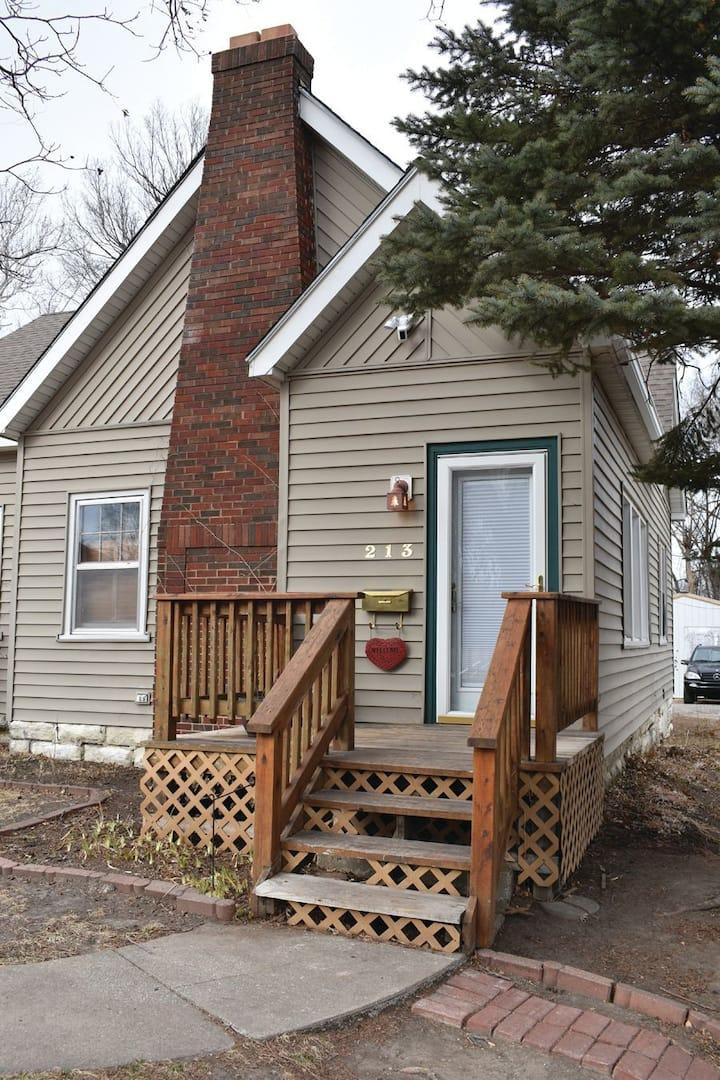 Angel's Cottage with Backyard Retreat