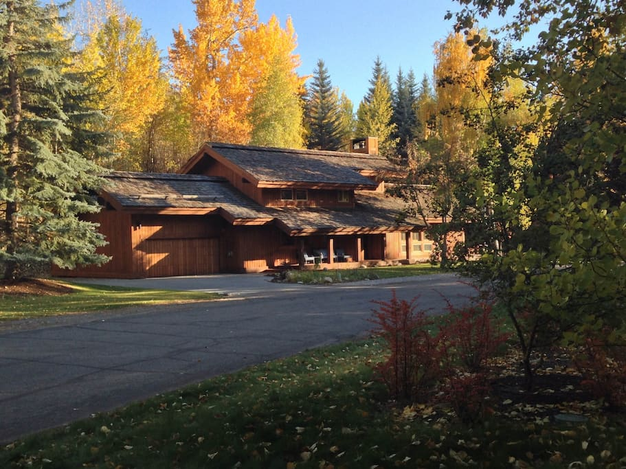 """Most of All, he loved the Fall""   Exquisite Wood Home on the Backside of Dollar Mountain, with Beautiful landscape"
