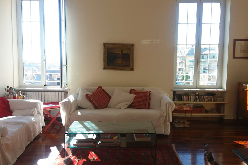 Large sitting room with sea view. Additional 2 places with sofa bed