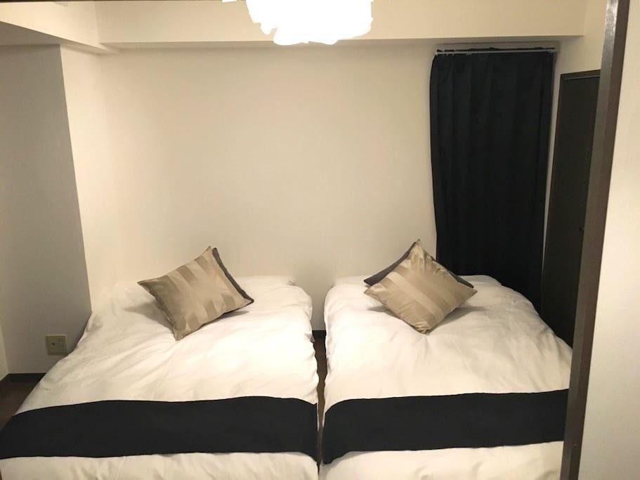セミダブルベッドで4名が寝ること可能