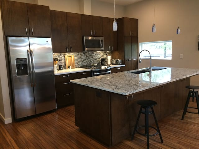 Modern Home 3 miles from Downtown