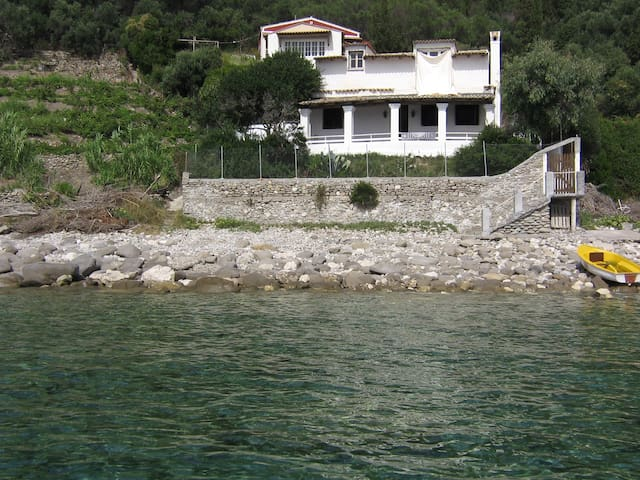 Secluded, Beachfront Family Villa for 4-7 People - Agios Gordios - Villa