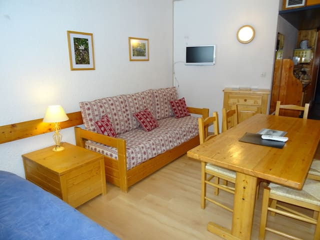Studio for 4 guests, close to the slopes and shops, at the heart of Charvet village in Arc 1800