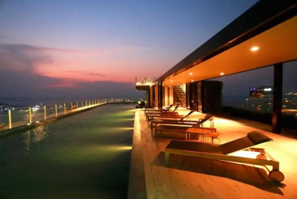 顶楼夜景游泳池