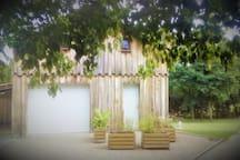 Le Chalet du Coupey vous accueille dans un cadre de verdure sur un parc de 3000 mètres. Pas de vis à vis avec notre maison.