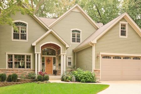 St. Charles- Cozy Custom Home: 3 Private Bedrooms