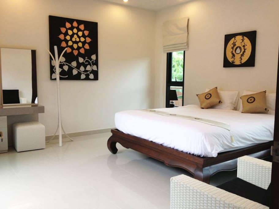 Chambre 1, lit double, dressing et accès direct à la piscine.
