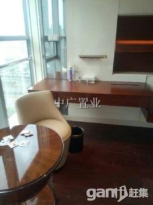写字台、沙发、茶几等让你休闲、办公都不误。