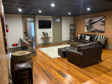 """NEW """"Bourbon on the Square"""" Downtown Rustic Loft"""
