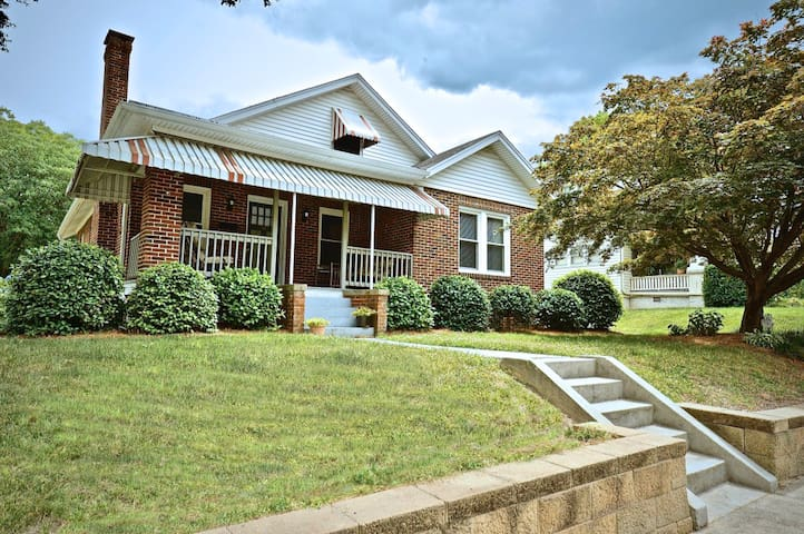 UNCG Bungalow with 3 bedrooms and 3 full baths