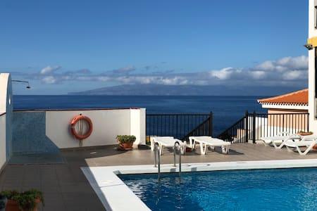 Piscina y balcón, a 5 minutos de Playa La Arena.
