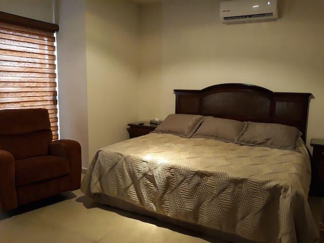 Habitación principal cama King size.