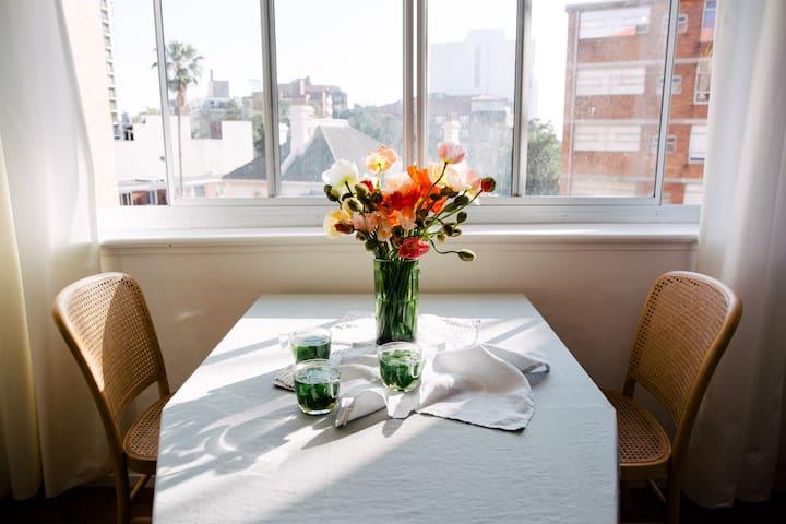 Majestic Sun-drenched Art Deco 1brd Apartment - Potts Point - Lägenhet