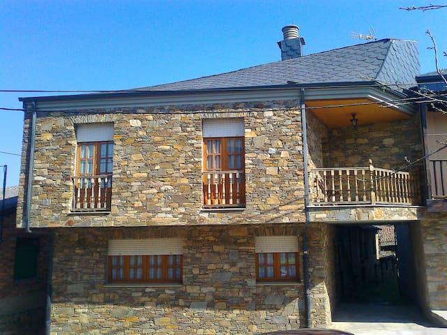 Casa Rural Lombillo,  a 6 kilómetros de Ponferrada - Ponferrada - บ้าน