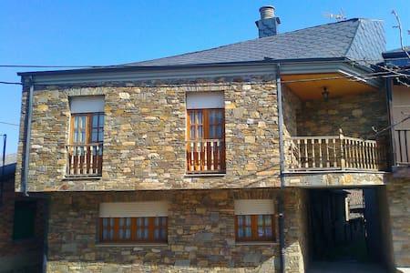Casa Rural Lombillo,  a 6 kilómetros de Ponferrada - Ponferrada - House