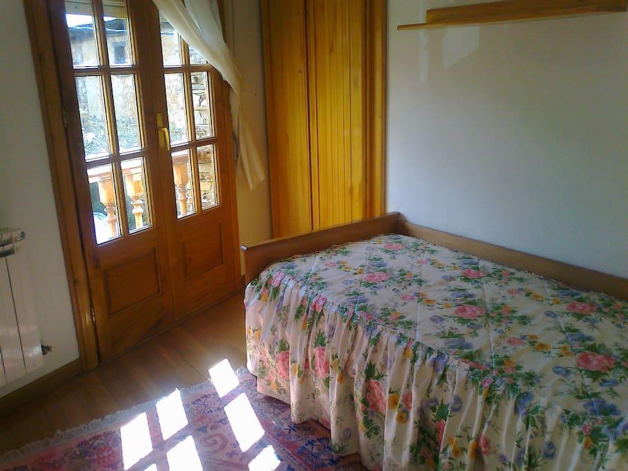 habitación individual con balcón a la calle y pequeña solana