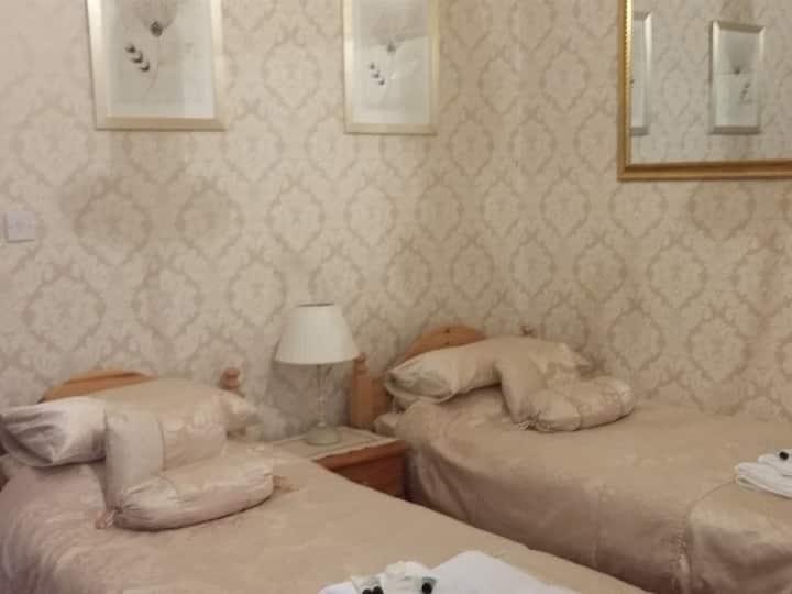 Twin room-Suite-Ensuite-Ground Floor