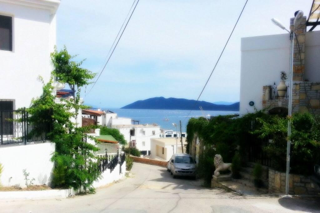 Evin sokağından deniz manzarası