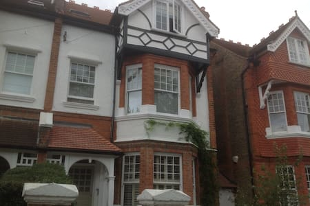 Double Room in Beautiful Barnes House