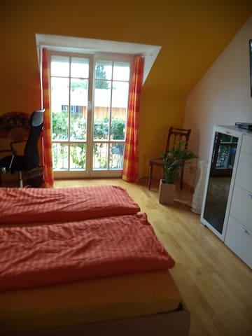 Schönes, Dachzimmer m eigenem Bad ! - Munich - House