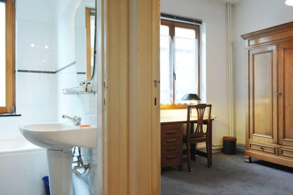 Salle de bain privée avec douche, bain, wc