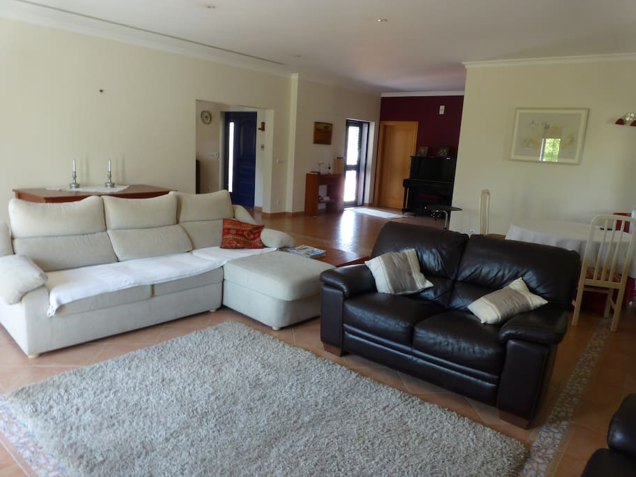 A sala de estar, vista de frente para os sofás.
