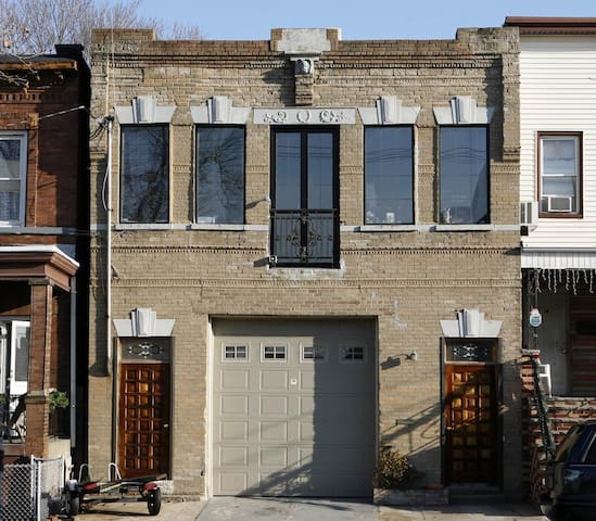 Historic Firehouse 5 mls from SOHO - Jersey City - Casa