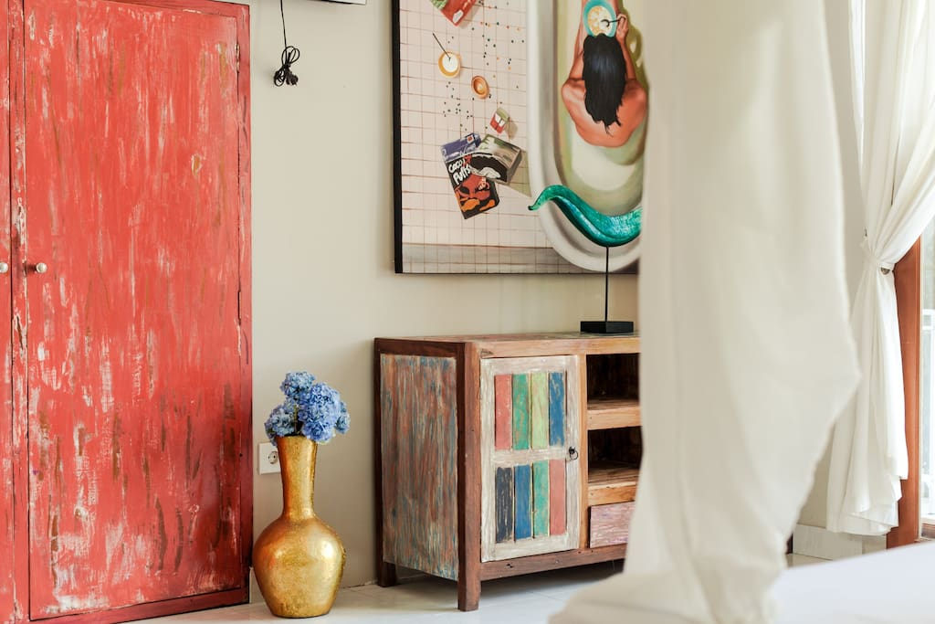 Many arts and recycled boat wood furniture giving to this loft its character