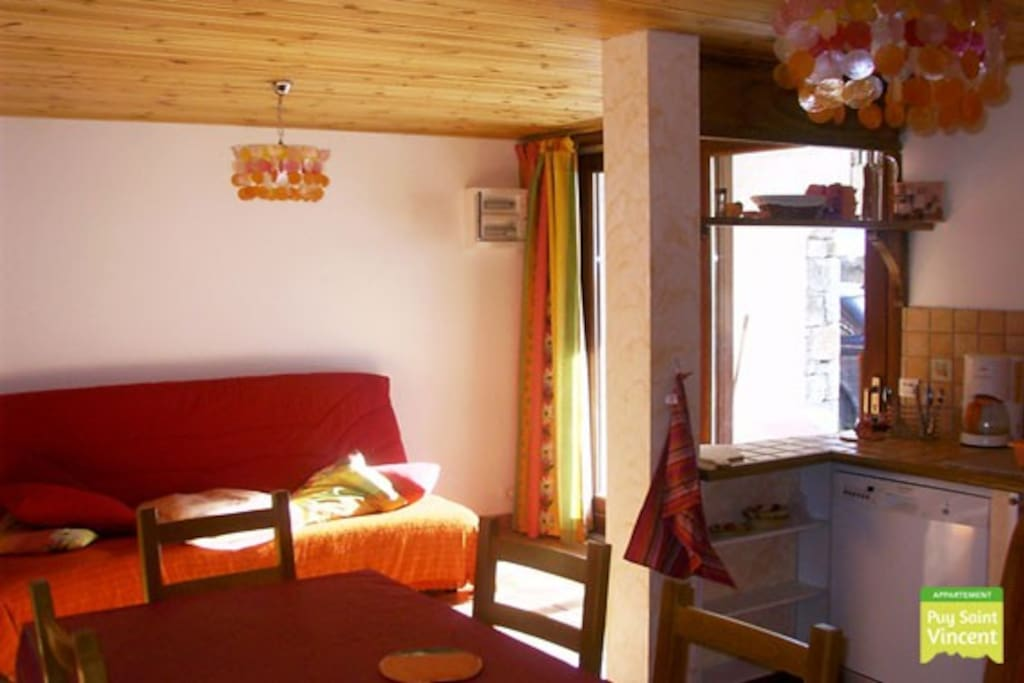 In this cosy living you can relax after a day of skiing. In the small kitchen you have everything to prepare yourself a nice meal.