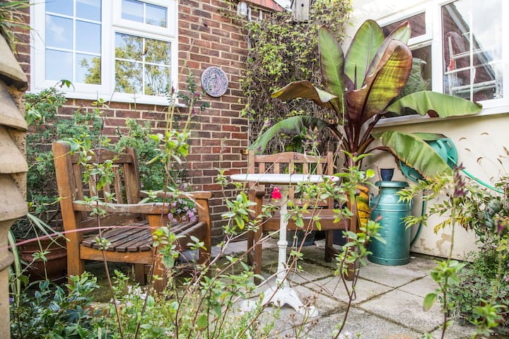 A lovely 1 bedroom apartment with private parking.