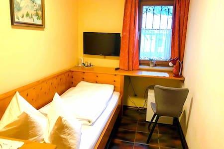 Kompaktes Einzelzimmer mit eigenem Bad