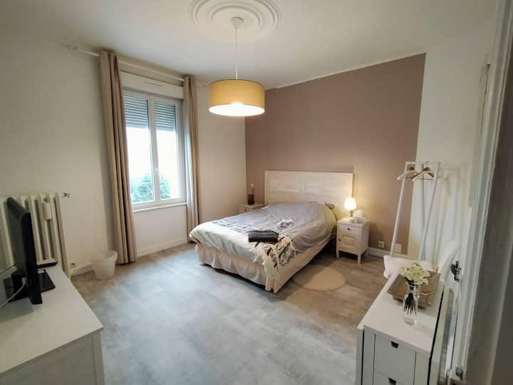 Chambre spacieuse avec SDB  dans maison de style