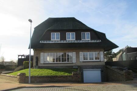 Huis op wandelafstand van de zee en het strand - House