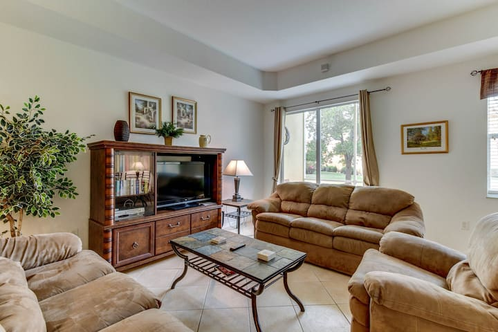 Family-friendly townhouse w/ shared pool - close to golf, beach & more!