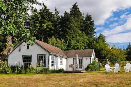 Tidewinds Farm Cottage -- Island Views + WiFi - Eastsound - House