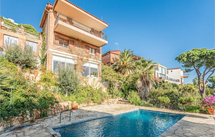 Awesome home in Lloret de Mar with Outdoor swimming pool and 4 Bedrooms