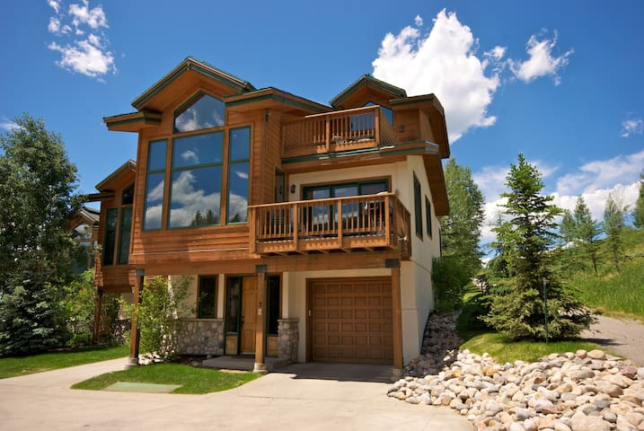 Evergreen #7:  Sweeping views of Mountain! Walk to gondola.  Large/spacious/beautiful.  Great location!  Renovated 2018