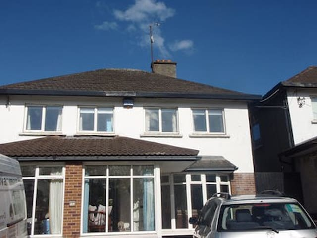 Large 4 bedroom house in fabulous location. - Dundrum