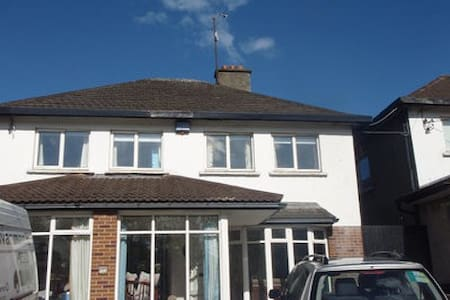 Large 4 bedroom house in fabulous location. - Dundrum - Huis