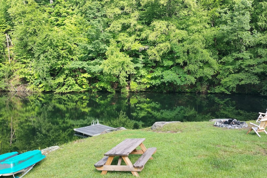 Lake, Dock, Fishing Poles, Paddle Boat, Pool, BBq, Stocked Fire Pit and Free Marshmallows