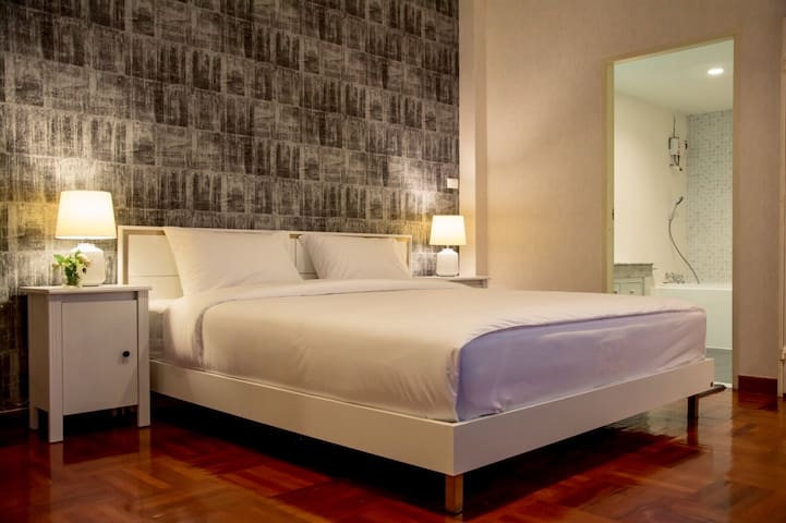 King Bed @Sukhumvit36 >> 9min walk to BTS Thonglor