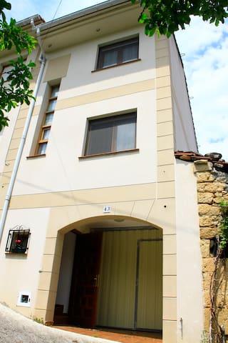 Casa adosada con jardín - Escaño - Hus